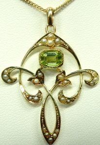 e9921 Antique peridot and seed pearl pendant 001