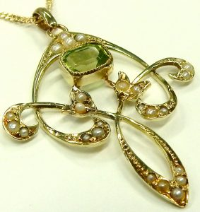 e9921 Antique peridot and seed pearl pendant 002